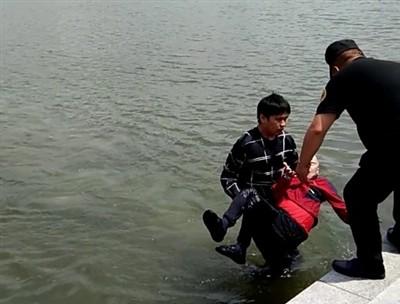 老人不慎落水 小伙跳湖救人后摆摆手悄然离开